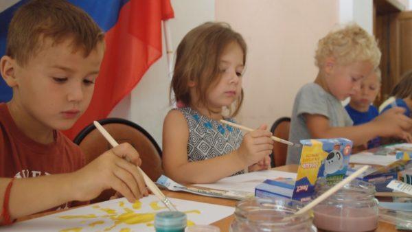 Дети рисуют гуашью