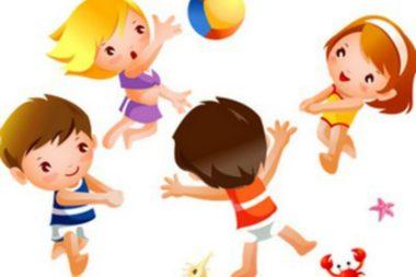 Дети-анимационные персонажи играют с мячом