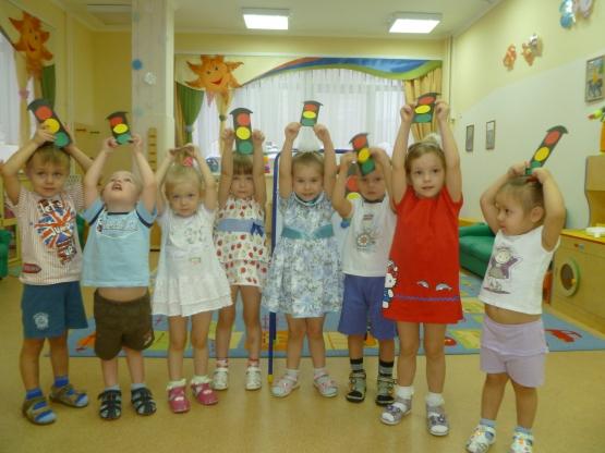 Дети держат картонные светофоры над головой