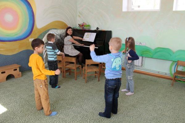Дети двигаются под аккомпанемент фортепиано