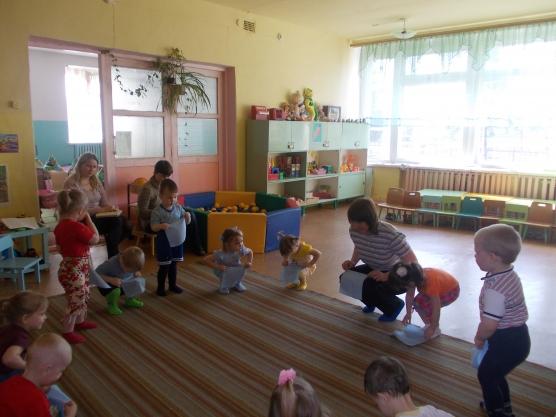 Дети и педагог выполняют упражнение с платочками