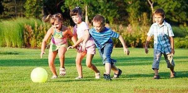 Дети играют в футбол на улице