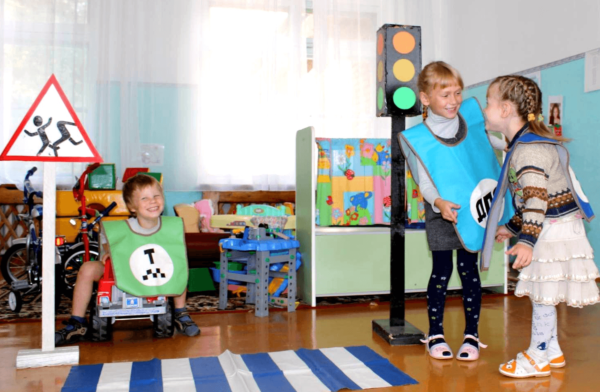 Дети играют в сюжетно-ролевую игру на тему ПДД