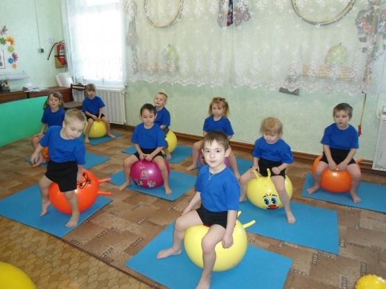 Дети на фитболах