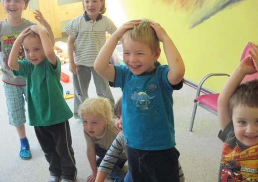 Дети обхватили руками головы и смеются