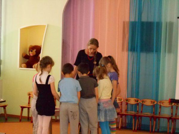 Дети окружили педагога, который им что-то показывает