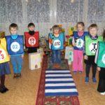 Дети разыгрывают сценку по ПДД