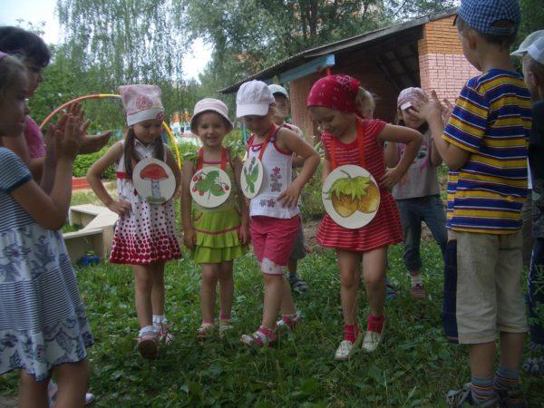 Дети играют в экологическую игру на прогулке