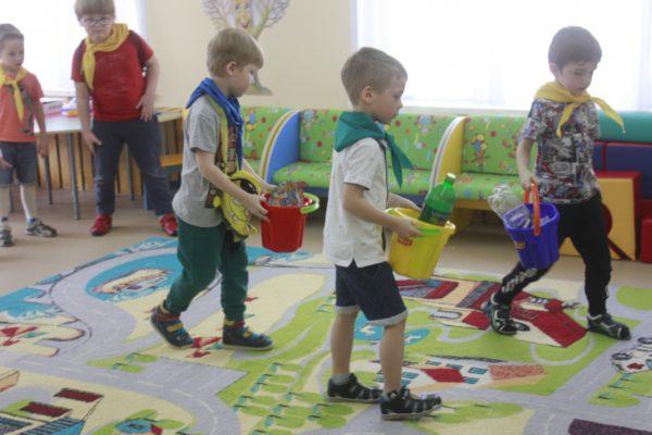 Дети идут по комнате с игрушечными вёдрами в руках