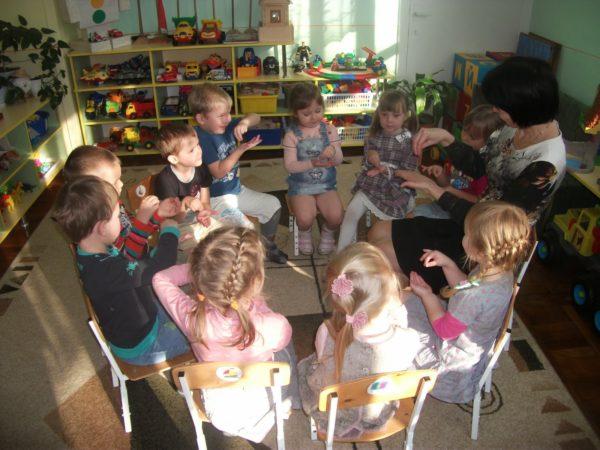 Дети, сидя в кругу, выполняют пальчиковую гимнастику