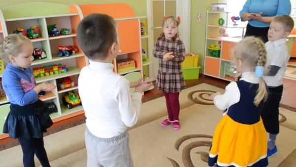 Дети выполняют упражнение по логоритмике, сложив ладошки вместе