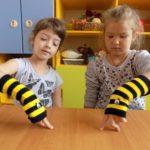 Две девочки разыгрывают инсценировку с помощью перчаточных кукол