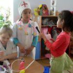 Две девочки в костюмах медиков, третья берёт у них интервью