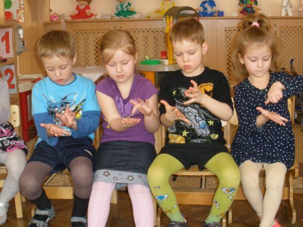 Четверо детей играют в игру «Сорока-белобока»