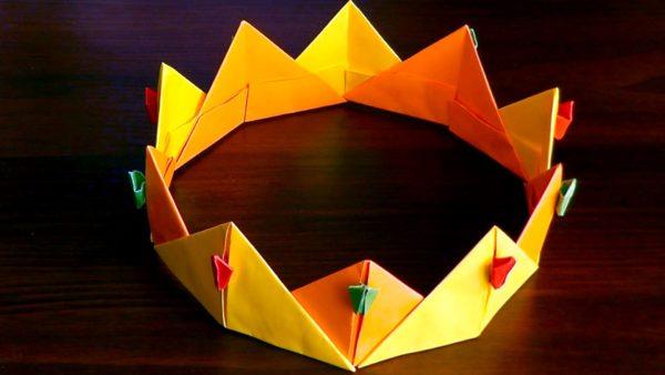 Корона из бумаги, выполненная в технике оригами