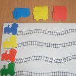 Локомотивы цветные, рельсы и стопка вагончиков