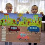 Мальчик и девочка держат плакат с коллективной аппликацией