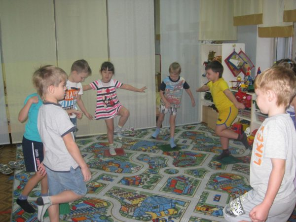 Дети выполняют упражнение, стоя на одной ноге