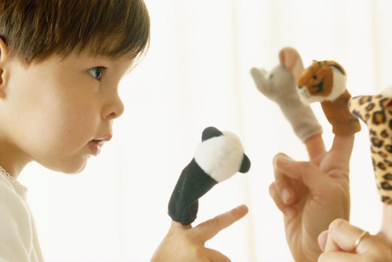 Пальчиковая гимнастика проводится с малышами в игровой форме.