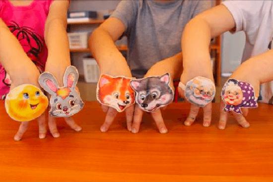 Трое детей с масками персонажей сказки «Колобок» на пальчиках