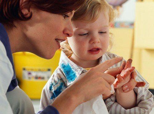 Женщина и малыш считают пальчики