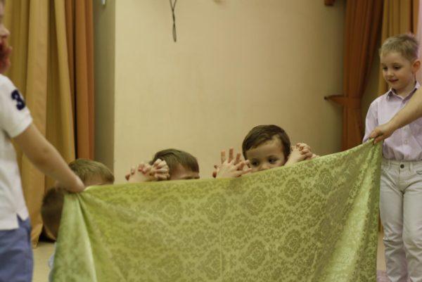 Дети играют в пальчиковый театр