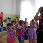 Педагог и дети выполняют пантомимический этюд