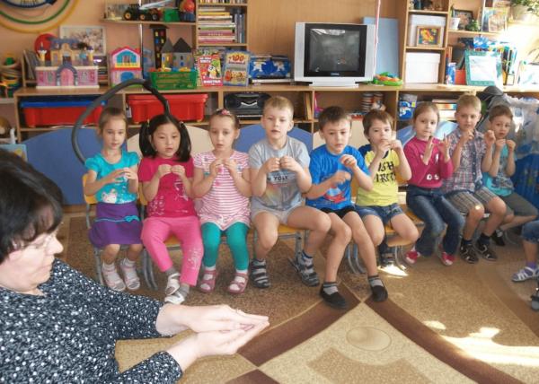 Педагог показывает, а дети повторяют элемент пальчиковой гимнастики