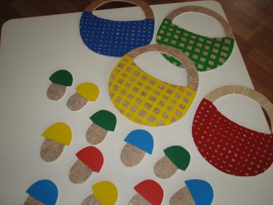 Разноцветные корзинки и разноцветные грибы