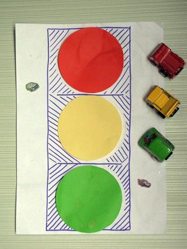 Поделка светофор, выполненная малышами
