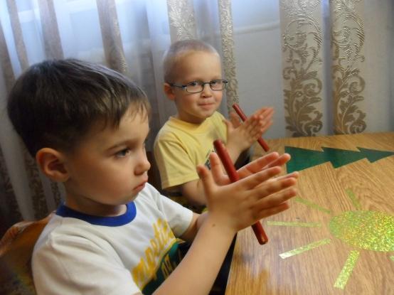 Два мальчика выполняют упражнение с карандашами