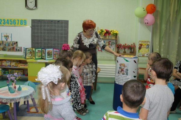 Воспитатель обращает внимание детей на театральную афишу