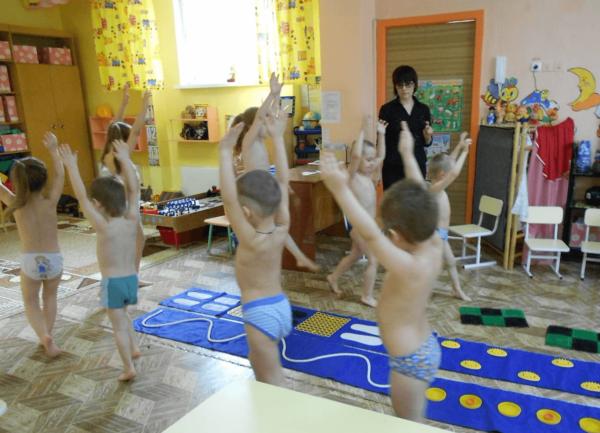Дети ходят по помещению группы с поднятыми вверх руками