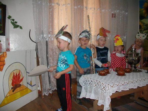 Дети в шапочках-масках сказочных героев участвуют в инсценировке