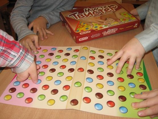 Дети играют в пальчиковый твистер