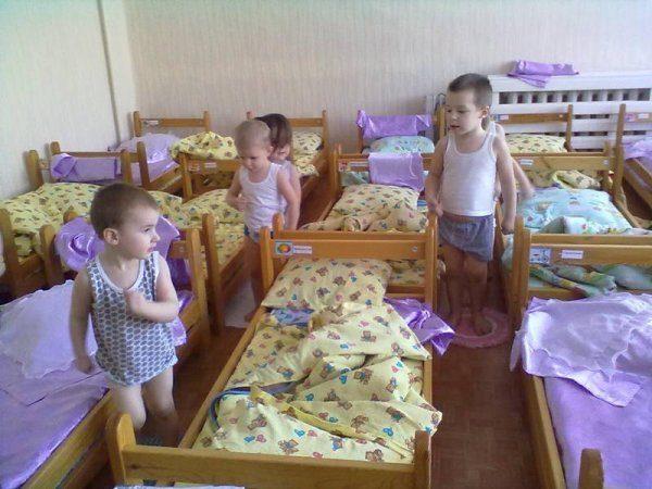 Дети бегут на месте возле кроватей