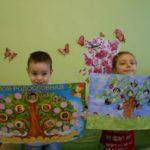 Мальчик и девочка держат плакаты с семейным деревом