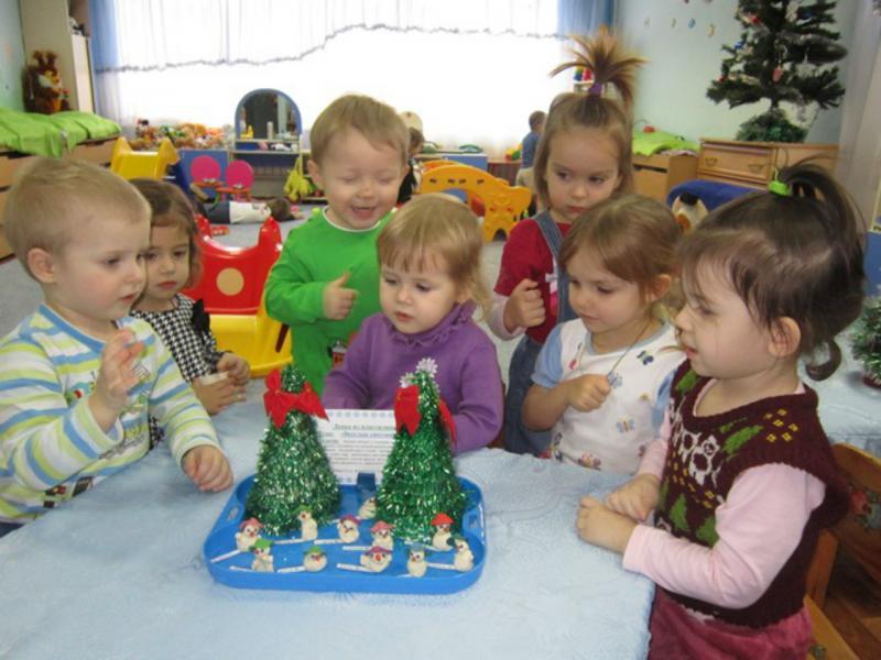 Дети и две ёлочки на столе