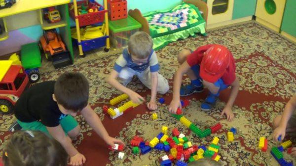 Дети играют конструктором