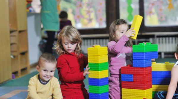 Дети играют с крупным конструктором