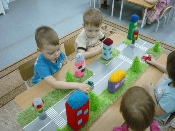 Дети играют с макетом проезжей части