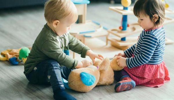 Дети играют с медвежонком