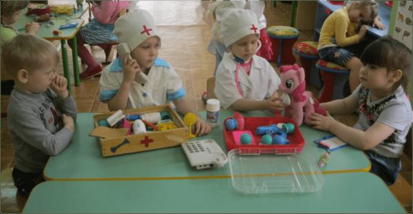 Дети играют в поликлинику