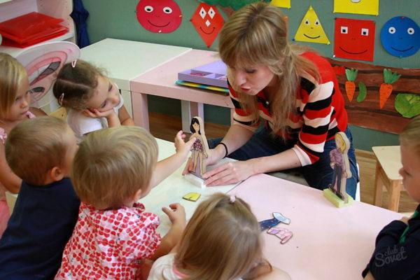 Дети изучают фигурку