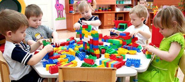 Малыши играют с крупным конструктором