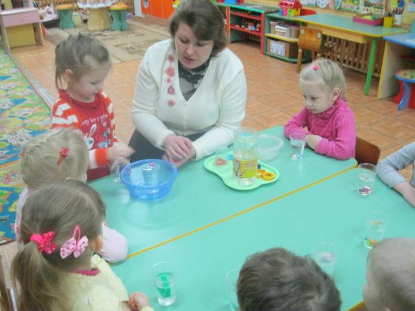 Дети наблюдают за плавучестью предметов