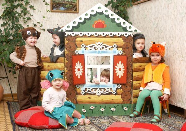 Дети в костюмах животных обыгрывают сказку «Теремок»