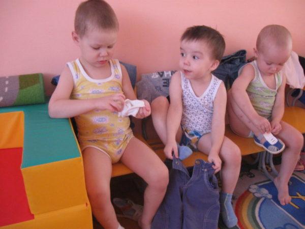 Трое мальчиков одеваются