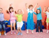 Дети прыгают на ковре
