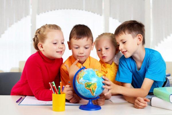 Четверо детей рассматривают глобус